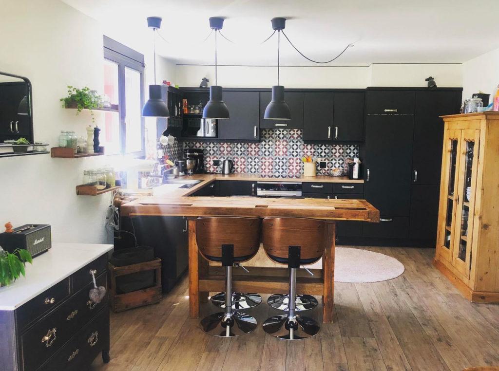 Cuisine rénovée, commode, établit, chaises de bar, cuisine home staging, transformation de meubles, rénovation de meubles, rénovation cuisine, peinture, boutique peinture Colombier